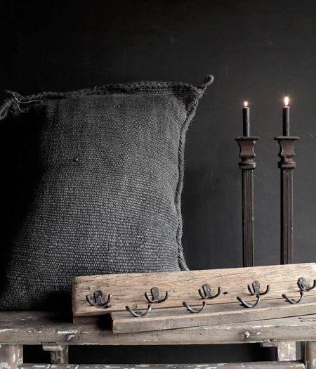 Kapstok van oud hout met 5 ijzeren haken
