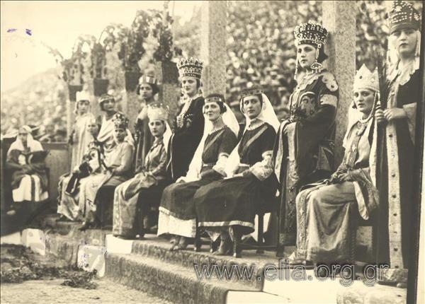 Εορτασμός στο Παναθηναϊκό Στάδιο. Μαθήτριες Λυκείου Ελληνίδων με βυζαντινά κοστούμια. Αθήνα 1930  Φωτογράφος: Γιάγκογλου Δημήτριος