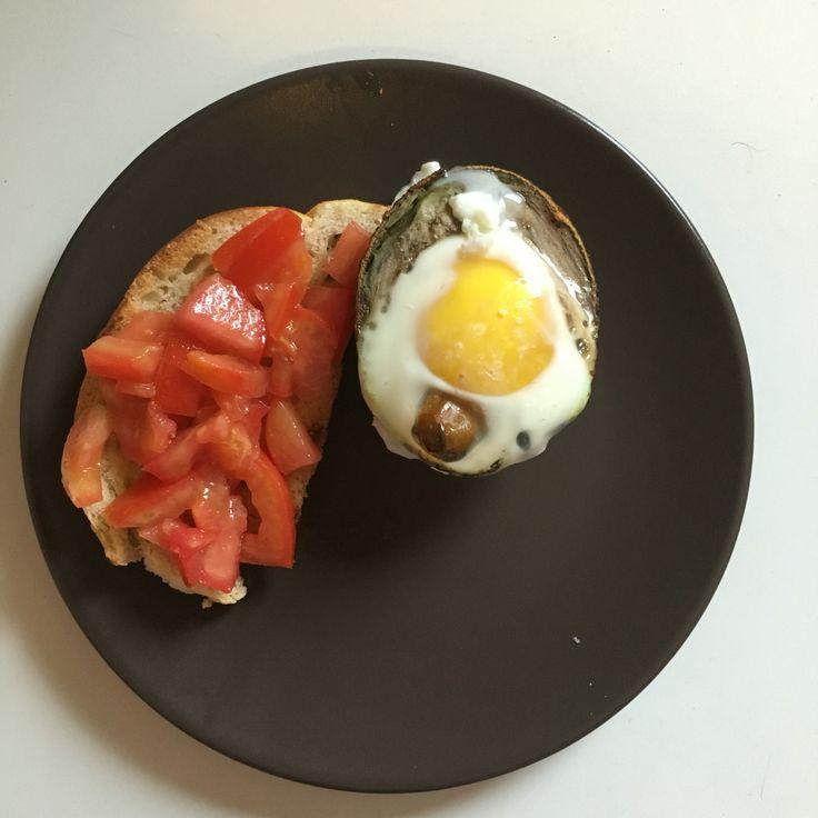 Mic dejun - avocado, ou, rosii www.dianastirbu.ro