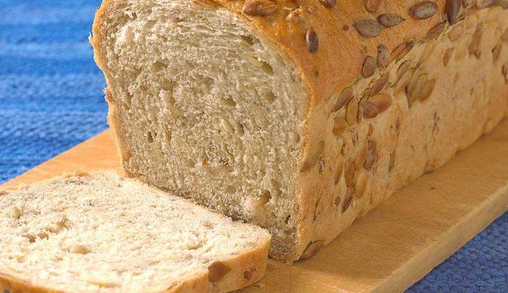 Helkornbrød av bygg Helkornbrød av bygg. Med hele korn av bygg og gresskarkjerner er dette et deilig og sunt brød med passe tyggemotstand. Deig 15 dl vann (37ºC)200 g helkorn byggryn200 g byggmelDeig 23 dl vann (37ºC)1 dl kefir50 g rapsolje700 g hvetemel200 g gresskarkjerner (eller solsikkefrø)2 ts salt1