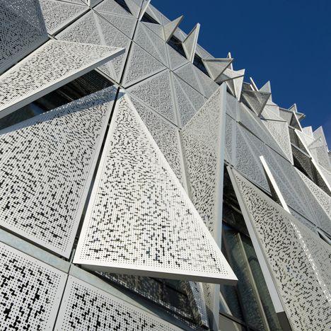 The new Syddansk Universitet communications and design building in Kolding, Denmark designed by Henning Larsen uses a climate-responsive kinetic facade