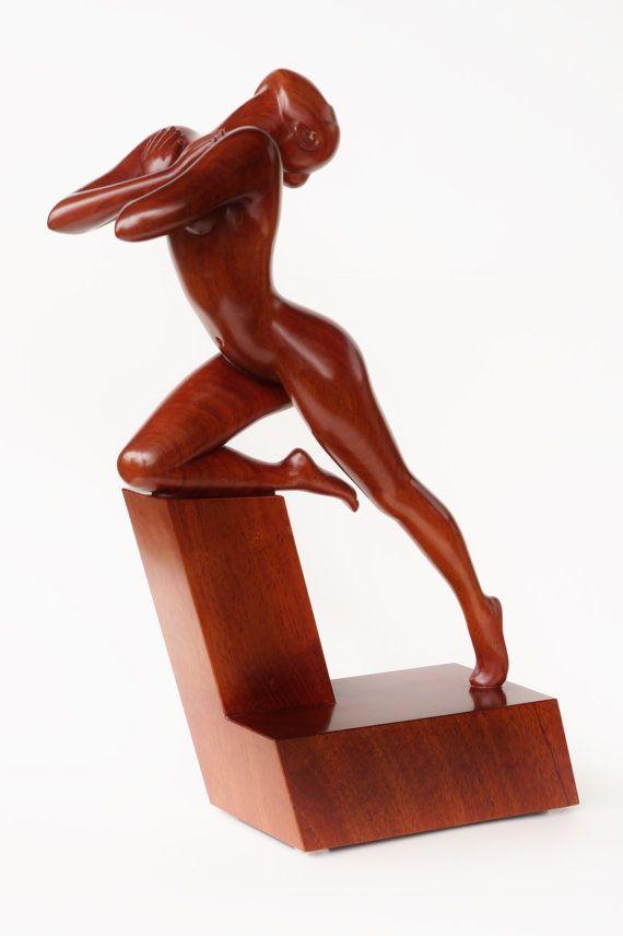 IN de UITBARSTING is een mooie artistiek gestileerde naakt vrouw houten sculptuur 100% handgemaakt van een massief stuk van mahonie hout. De
