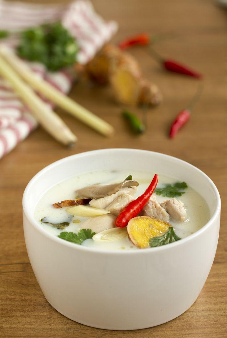 """""""Tom Kha Kai"""", plato famoso de la cocina tailandesa, sopa de pollo con leche de coco de sabor suave, poco picante y muy aromatizada."""