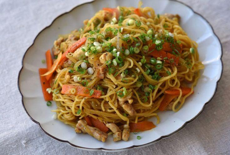 いちばん丁寧な和食レシピサイト、白ごはん.comの『カレーしょうゆ焼きそばの作り方』を紹介しているレシピページです。カレー&しょうゆ味のクセになる味わいの焼きそば。具材は鶏肉、玉ねぎ、にんじん、刻みねぎです。ぜひお試しください。