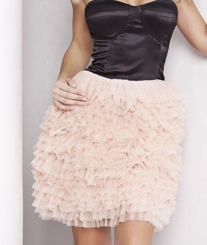 Sukienka z pierzastym dołem