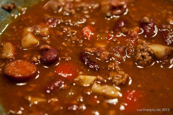 Die Suppe für alle Gelegenheiten, die nach herzhafter und warmer Nahrung verlangen. Rezept für 6 Teller: 250g gemischtes Hackfleisch 150g geräucherter Speck (Dörrfleisch), gewürfelt 1 Paar Polnisch…