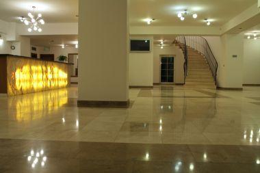 My Hotel - travertinová dlažba po lehkém broušení a povrchové úpravě