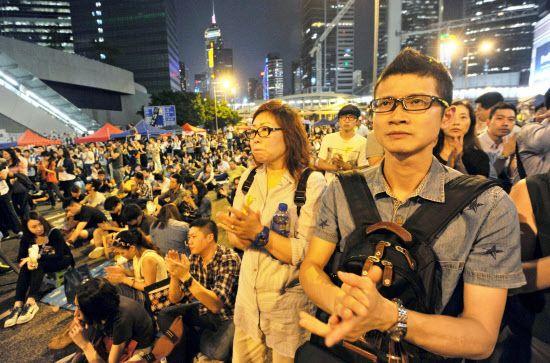 香港中心部アドミラリティで、学生団体の演説に拍手を送る大勢のデモ参加者=9日深夜(共同)