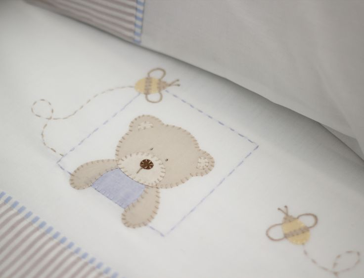 O Conjunto de Lençóis de Berço com 3 peças possui: 01 Lençol de Elástico para berço, que veste colchão até 135 x 75 cm, padrão Americano; 01 Lençol de Dobra de 100 x 170 cm; 01 Fronha de 30 x 40…