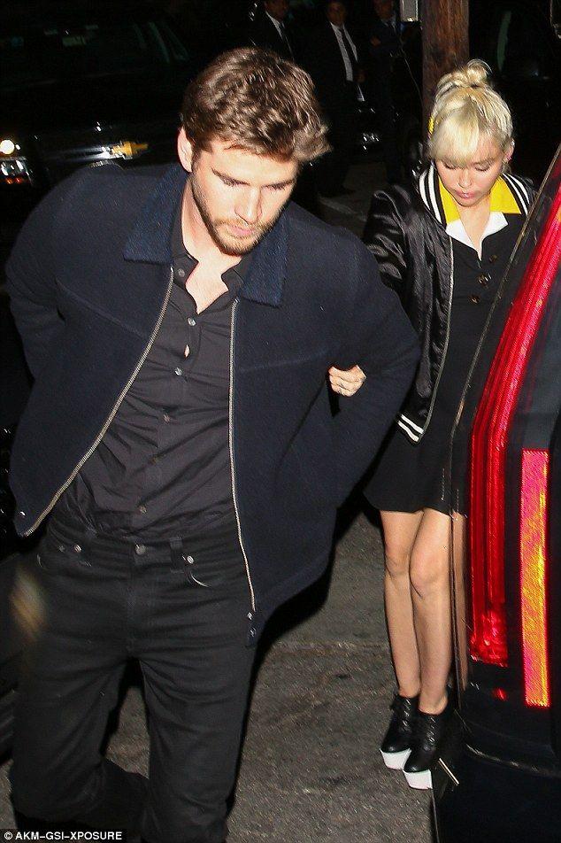 PICTURE EXCLUSIVE: Miley Cyrus mantém firme a Liam Hemsworth em Los Angeles como os dois mostrar afeto pela primeira vez desde reacender o romance