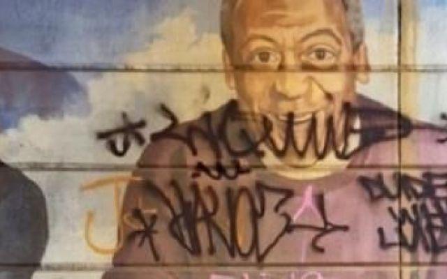 Un murales di Bill Cosby a Philadelphia è stato deturpato e poi cancellato Secondo il quotidiano locale Philadelphia Citypaper, il murale che raffigura Cosby con il suo caratteristico maglione e la solita faccia sorridente, è stato sovrascritto da alcuni sconosciuti con del #cosby