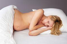 Während der Schwangerschaft sind viele Frauen oftmals absolut schlaflos. Wir geben euch Tipps, was bei Schlaflosigkeit helfen kann.