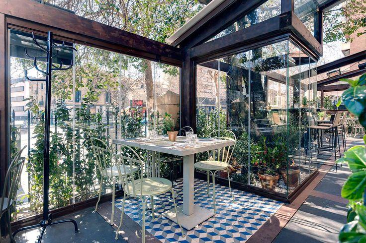Necesitamos terrazas y patios cubiertos pero con luz natural para sentir que el verano nunca se fue. Además, queridos fumadores, en muchos de estos lugares también os permiten darle al vicio.   Galería de fotos 1 de 18   Traveler