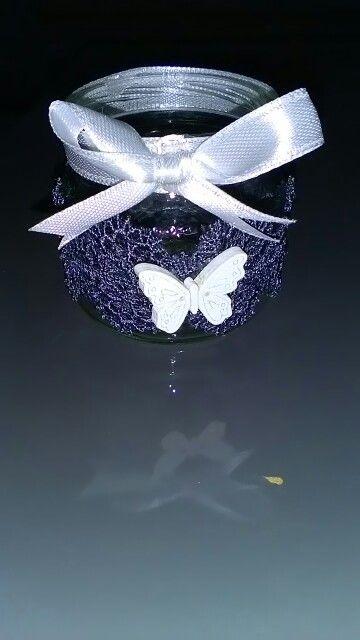 Vasetto con merletto, bottone farfalla e nastrino