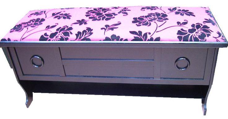 CLAF - Linda Banca Baul Multiuso (COD 590 - Banca Baul) Fabricada en madera terciada lisa, color negra, barnizada. Tapiz acolchado diseño flores negras, fondo rojo. Soporta más de 120 kg. Medidas: - Frente: 104 cm - Ancho: 38 cm - Alto: 46 cm Precio: $ 39.000 www.claf.cl