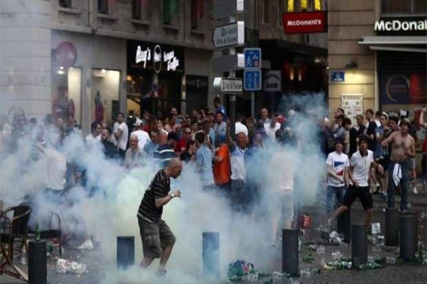 Enam Hooligan Diamankan Polisi Marseille http://soccer.sindonews.com/pialaeropa/read/1115919/200/enam-hooligan-diamankan-polisi-marseille-1465657725  #EURO2016 #PialaEropa2016 #SINDOnewsEURO2016