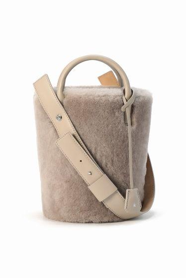 MARY AL TERNA ムートン バケツバッグ MARY AL TERNA ムートン バケツバッグ 85320 ムートンタイプのバケツ型バッグはスタイルを秋冬へシフトチェンジしてくれます あえて斜めについたストラップは持ち易いフォルムに 内側には巾着のようなカバー仕様で荷物も見えなく安心です やわらかい薄めベージュカラーは冬のダークなアウターにも合わせ易い色合い MARY AL TERNA ( メアリ オル ターナ) 良質な革小物やバッグに定評のあるドメスティックブランドED ROBERT JUDSON(エドロバートジャドソン)のレディースライン 女性の仕草にフォーカスして生み出すアイデアツール フェミニズミを基に画期的なアイデアで今までにないツールを提案します 店頭外での撮影画像は光の当たり具合で色味が違って見える場合があります 商品の色味はスタジオ撮影の画像をご参照ください ベージュ着用スタッフ身長:156cm 着用サイズ:FREE モデルサイズ:身長:167cm バスト:77cm ウェスト:56cm ヒップ:80cm 着用サイズ:フリー