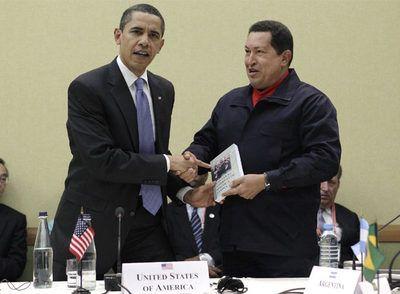 Chávez y Obama  El presidente de Venezuela le regala al presidente de EEUU Las venas abiertas de América Latina, de Eduardo Galeano.
