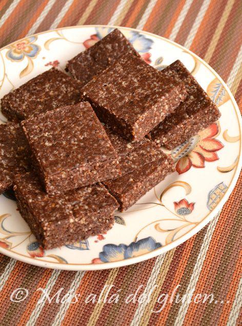 Raw Brownie, Brownie sin hornear  INGREDIENTES (para 8 brownies pequeños):   - 1 taza de almendras  - 1 taza de nuez nogal  - 1 taza de dátiles   - 2 sobres de stevia  - ¼ de taza de cacao en polvo  - 1 pizca de sal  - 1/8 cdta de extracto de vainilla (opcional)  NOTA: Si utiliza el xilitol para endulzar probablemente necesitará agregar un poco de agua a la masa.