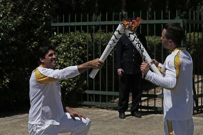 Imagem Rio 2016 Petrounias entrega a Tocha Olímpica a Giovannihttp://www.rio2016.com/noticias/comecou-tocha-olimpica-e-acesa-e-traz-heranca-milenar-da-grecia-ao-brasil