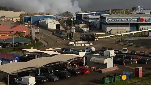"""Ein Brand in einer Düngemittelfabrik im Süden Portugals verursachte eine giftige Schwefeldioxid-Wolke. Diese bedroht nun die Gesundheit von tausenden Menschen.        Von Rui Filipe Gutschmidt        Die Feuerwehr konnte den Brand in den Lagerhallen der """"Sapec"""" zwar ablöschen, aber"""