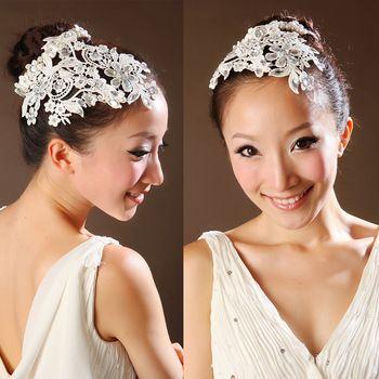 Este tocado es ideal para una boda de día donde no se quiere usar un velo o para la fiesta después de la ceremonia cuando el velo empieza a estorbar