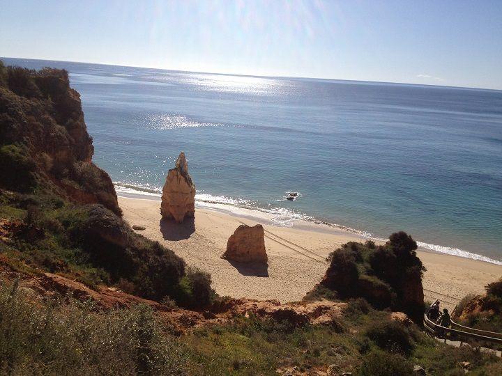 Praia do Amado en Portugal, una playa perfecta para el surf - via Playas Calas 24.08.2015 | ¿Eres aficionado al surf? Entonces debes conocer la playa que hoy vamos a mostrarte. Se trata de la Praia do Amado, un precioso arenal situado en la Costa Vicentina, que se caracteriza por su estado salvaje y por ser un lugar de concentración para muchos amantes de este deporte acuático.