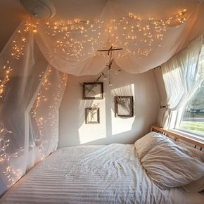 La decoración perfecta para aquellos amantes de la fantasía y tranquilidad: haz un toldo colgando tela semitrasparente y pequeñas luces amarillas en el techo. | 16 Ideas geniales para decorar una pared en tu habitación