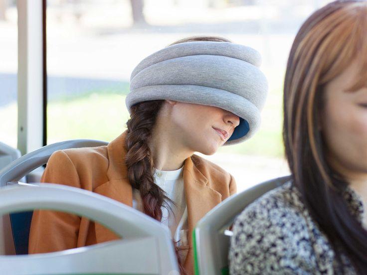OSTRICH PILLOW LIGHT-NACKENKISSEN Mit dem Flieger nach Südafrika? Oder mit dem Zug ins Gebirge? Mit dem Auto an die Nordsee? Egal wohin die Reise geht - dasOstrich Pillow Light-Nackenkissen gehört ins Gepäck. Nie zuvor hast du außerhalb von deinem Bett so gut geschlafen. - coolstuff.de