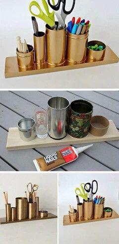 organizador de mesa para material de escritorio feito com latas, um pedaço de madeira, cola e tinta spray