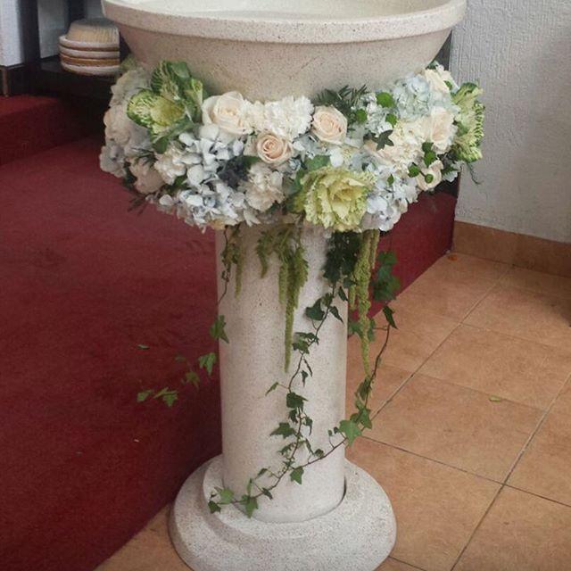 Además del altar, la pila bautismal, elemento importante del sacramento, requiere su propia ambientación. #Eventos #Flores #floraldesign #Tuxtla #Candox