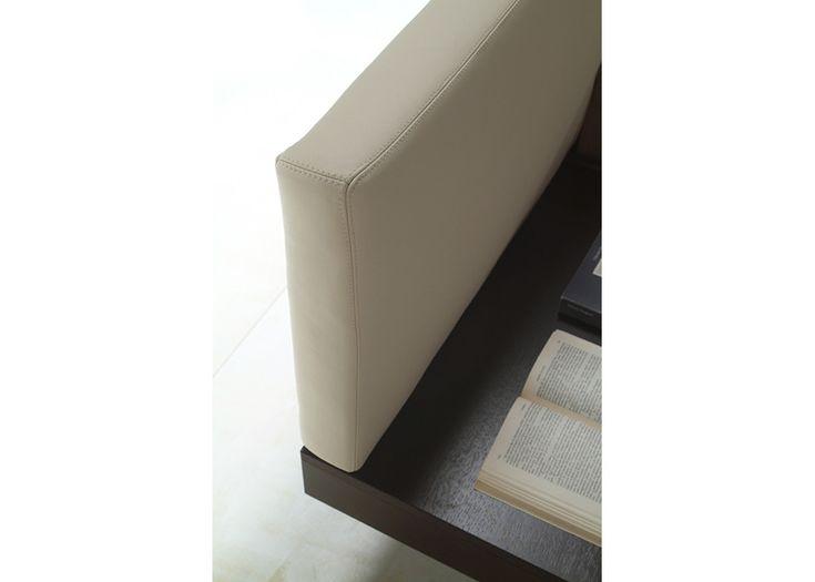Letto con struttura in legno e testata rivestita in pelle o tessuto,gambe in metallo satinato. Possibilità di piano cassetto rivestito in pelle. Legno varie finiture, rete ortopedica con doghe.