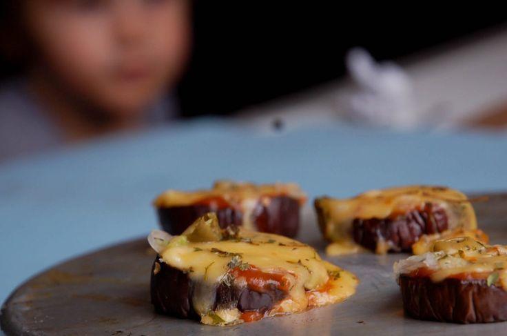 Mini pizza aperitivo de berinjela, uma entradinha fácil e rápida que brinca de ser pizza! Experimente com recheios diferentes! Fica incrível!