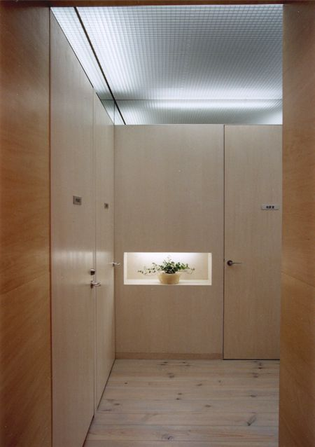 シナ合板 榀合板 シナベニヤ | 東京の建築家 設計事務所アーキプレイスのブログ  手前はシナ合板のクリア塗装、奥の壁と建具(シナ合板フラッシュ)は少しグレーで着色しています。