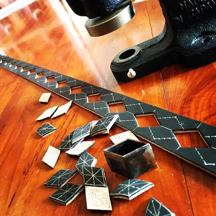悩んでも仕方ないので抜く抜く抜く抜く抜く抜く抜く  #アーガイルベルト #アーガイル #効率悪い #leathercraft #レザークラフト #rockabilly #psychobilly #50s #ロカビリー #サイコビリー #6t_leather_works by 6t_leather_works