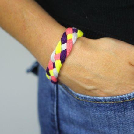 Un bracelet tressé en jersey multicolore