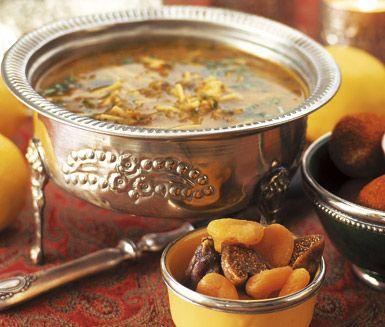 Detta är en kryddig, stark soppa från Marocko för dig som gillar en utmaning när du lagar mat. Harira innehåller många delikata ingredienser som kyckling, eller om man hellre föredrar lammkött, spiskummin, gurkmeja, persilja, koriander samt spagetti.