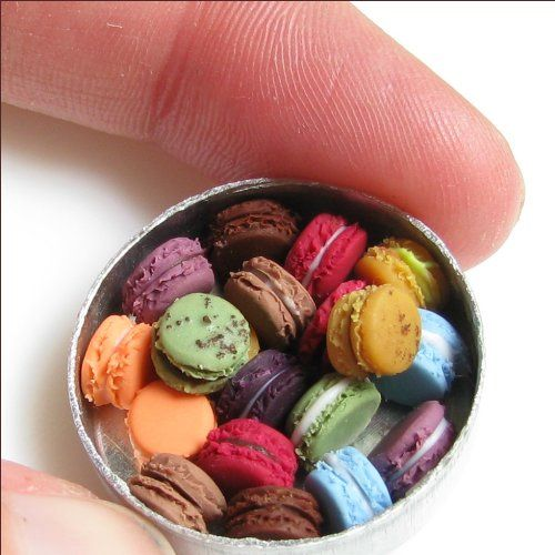 Miniature macarons!!!  Sculptures gastronomiques miniatures by Kim Burke, as featured on http://www.laboiteverte.fr/sculptures-gastronomiques-miniatures/.