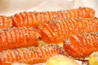 Lækre hasselback gulerødder, hvor gulerødder skæres i skiver som med de kendte hasselback kartofler. Bages derefter i ovnen med timian.