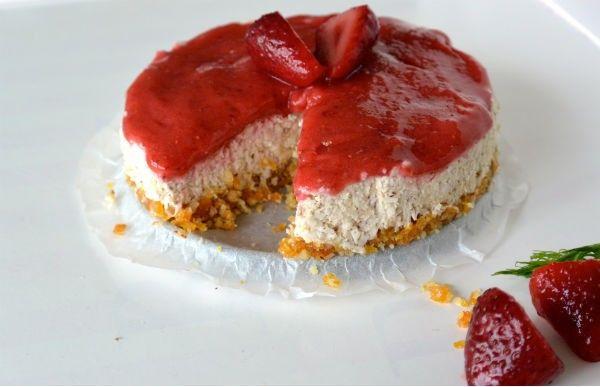 Rauwe vegan cheesecake met aardbeien
