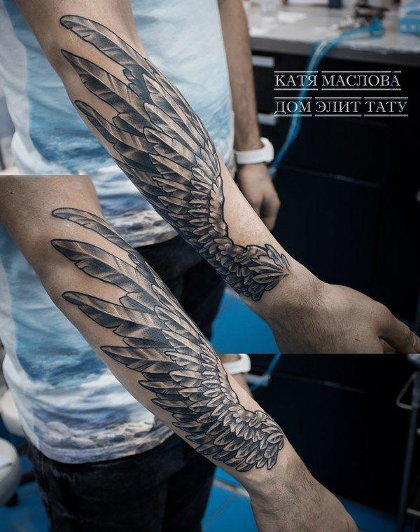 Чёрно-белая татуировка с изображением крыла на предплечье в стиле реализм
