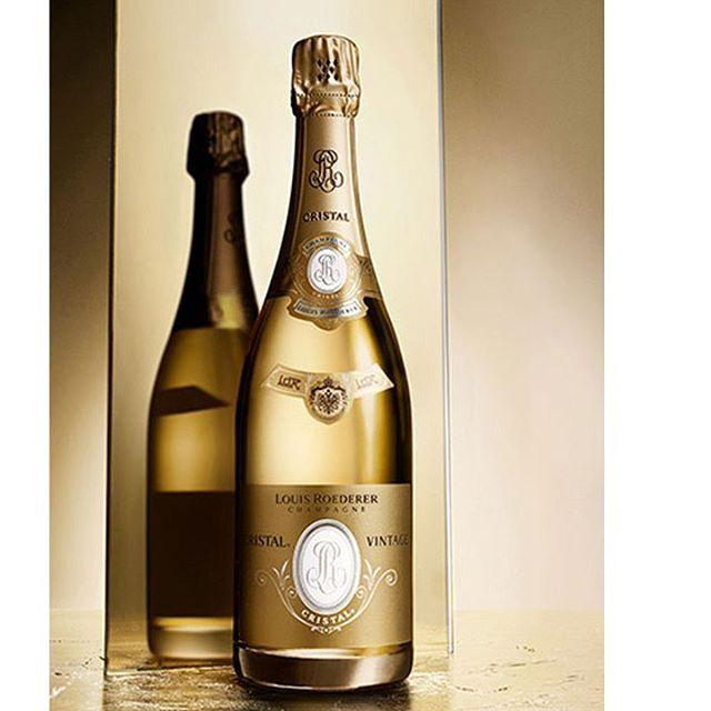 Louis Roederer Cristal. Una mezcla de uvas Chardonnay y Pinot Noir componen a este champagne que sólo se obtiene cuando ambas cosechas alcanzan la madurez perfecta. Envejecido durante seis años este miembro de la la familia Louis Roederer tiene una textura suave en ella podrás descubrir una armonía de frutos blancos cítricos albaricoque y confitados; así como una personalidad fresca y equilibrada entre sus aromas y sabores. #champagne #champaña #bebida #elixir #burbujas #bubbles #alcohol…