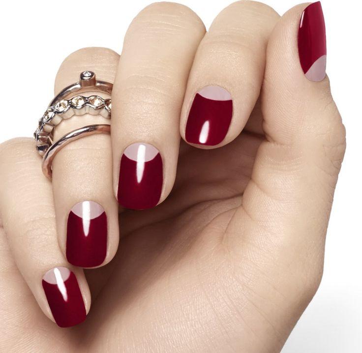 Mitad de una uña pintada de color rojo