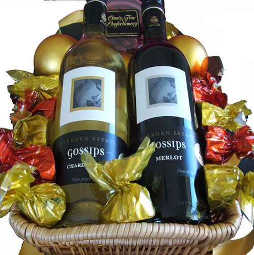 An elegant gift with flavoursome wines, smooth chocolates and crunchy peanuts!