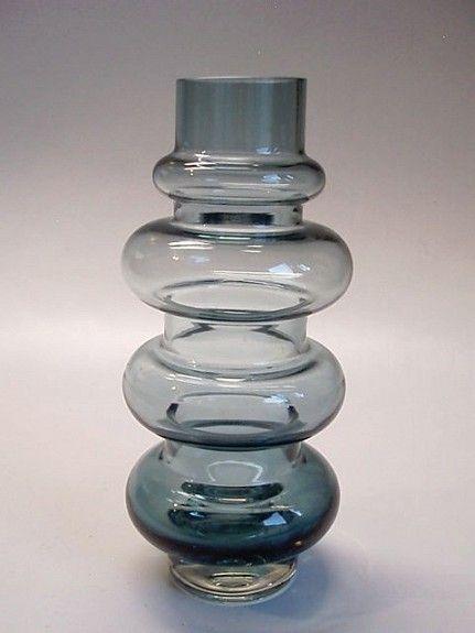 """Denne er """"Solmuke"""" - eller """"Knute"""" som den heter på finsk. Formgitt av Tamara Aladin. Produsert av Riihimaen Lasi ca. 1970. Som ny, bortsett fra et mikronagg som er så lite at det er bortimot umulig å fotografere. Stor vase, hele 25,5 cm høy. FINN.no - Mulighetenes marked"""