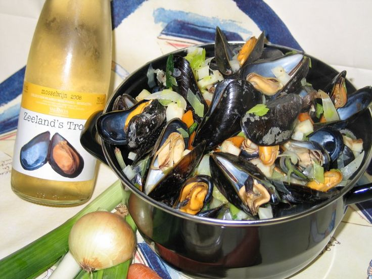 DUTCH MUSSELS Mussels have long been a popular seafood in the Netherlands. In the northern hemisphere, mussels are at their best in the late summer and the months with an 'r' in the name, although modern mussel farming techniques mean that we can now enjoy them almost year-round. #dutchfood, #netherlands RECIPE: http://dutchfood.about.com/od/mainmeals/r/MoreishMussels.htm