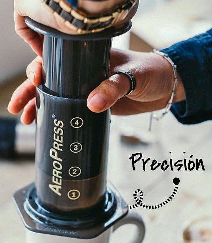 AROMA DI CAFFÈ  La cafetera AeroPresses un dispositivo para prepararcafédiseñado en 2005 por el estadounidense Alan Adler. Su estructura está formada por dos cilindros de plástico que juntos funcionan como una jeringuilla que introduce aire a presión sobre la mezcla de agua y café molido para extraer el café a través de un filtro de papel o de metal cilíndrico. . Adler entre otras cosas fue el creador del disco volador Aerobie. Su inspiración crear la AeroPress fue para obtener una infusión…