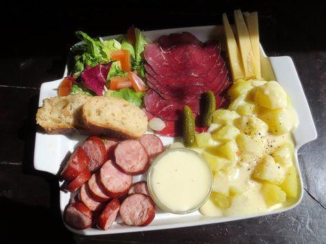 Une assiette comtoise est une assiette typique de la cuisine franc-comtoise, Elle est composée de charcuterie régionale de pommes de terre, de cornichons et de fromages franc-comtois. Elle est servie avec une salade verte et une sauce vinaigrette, le tout accompagné généralementd'un vin typé du Jur
