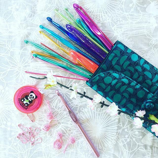 Virknålsset med 17st olika storlekar på virknålar från HiyaHiya! Perfekt för dig som vill ha allt på ett ställe😊 Tillbehör som måttband, markörer och annat finns också i shopen www.fruvalborg.se . Lovely set with 17 different crochetneedles from HiyaHiya💕 @hiyahiyaeurope #hiyahiya#hiyahiyaeurope#crochetersofinstagram#crochet#virka#fruvalborg#webshop