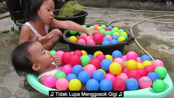 Dear friends and it's fun time with cool bath while learning to sing, play water ball colors. Happy fun ball - Kids pool. Watch at 03:47 Ice Bucket Challenge Kids Fun with Balls color ----------------  Halo teman-teman Lifia dan Niala sedang asik Mandi sambil belajar bernyanyi, bermain air dan bola air sambil mandi.